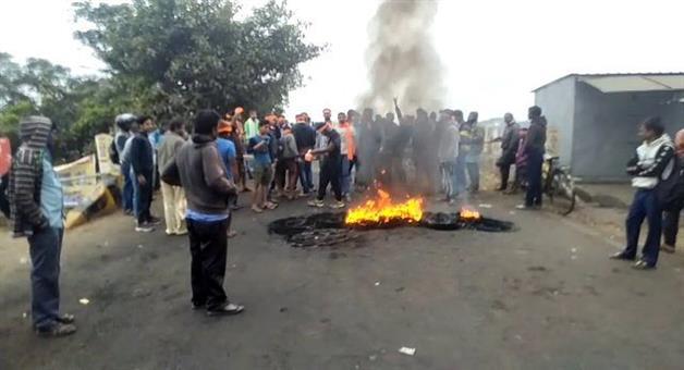 Khabar Odisha:state-odisha-road-strike-in-kendrapara-tinimuhani-square-for-firing-a-businessman
