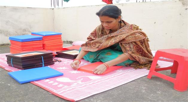 Khabar Odisha:state-women-odisha-a-lady-of-chitrasala-packed-his-gifts-for-costumer-using-color-paper-for-pollution-free-atmosphere