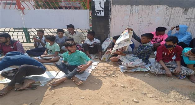 Khabar Odisha:students-sat-in-on-the-idea-of-taking-lessons-at-school