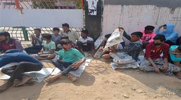 Khabar Odisha:students-sat-in-on-the-idea-of-​​taking-lessons-at-school