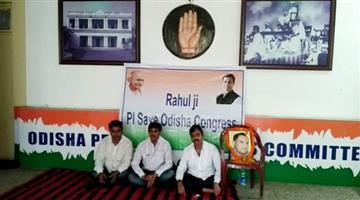 Khabar Odisha:three-congress-leaders-stage-dharana-at-party-office