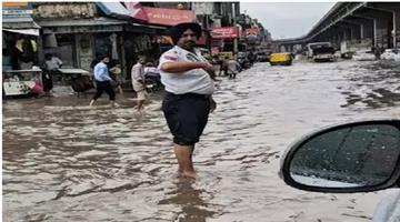 Khabar Odisha:traffic-policeman-sets-example-by-standing-in-water-and-continuing-his-work-punjab-police-awarded-him-after-tweet-of-gul-panag
