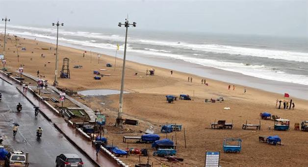 Khabar Odisha:woman-rescued-at-puri-sea-beach